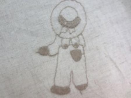 綿麻のシーティングくらいの生地に 刺繍しています。 レースではありません。 ライトブラウン/生成地 LA426と同じですが、綿麻の生地部分 の色が微妙に426より濃いです。