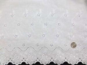 片方の耳の部分がカットになってます シャーティングくらいの生地  リボン 白 刺繍部分の幅30cm 他の部分には刺繍はありません。 上の段は拡大画像です。