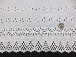 片方の耳の部分がカットになってます シャーティングくらいの生地  オフ白 刺繍部分の幅18cm 他の部分には刺繍はありません。 上の段は拡大画像です。