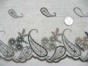 生成 綿麻ガーゼタッチの薄手の生地で、 風合いのいいワッシャー加工 片側耳ボーダー ブラウン系の刺繍 ボーダー柄以外の部分には刺繍は ありません。 刺繍部分の幅 14cm