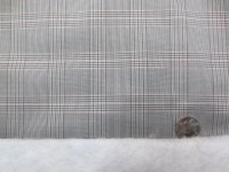 リエステル グレンチェックの ボンディング 黒系 キルティングではありません。 グレンチェックの生地に少し厚手の 綿を貼り付けています。 綿の厚さ 厚手