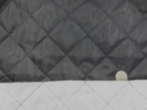 ポリエステルタフタのキルティング 綿をはさんで裏にも不織布をつけて キルティングしています。 濃グレイ (墨黒のような濃グレイです) 綿の厚さ 普通
