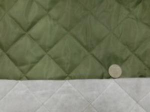 ポリエステルタフタのキルティング 綿をはさんで裏にも不織布をつけて キルティングしています。 カーキ 綿の厚さ 普通