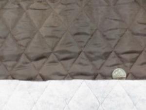 ポリエステルタフタのキルティング  濃ブラウン ポリエステルの綿を裏につけて キルティングしています。 綿の厚さ 厚め