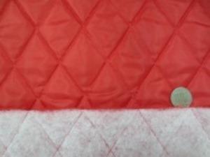 ポリエステルタフタのキルティング  赤 ポリエステルの綿を裏につけて キルティングしています。 綿の厚さ 厚め