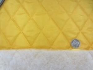 ポリエステルタフタのキルティング  マスタードイエロー 少し落ち着いた色合いの真黄色 ポリエステルの綿を裏につけて キルティングしています。 綿の厚さ 厚め