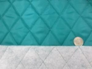 ポリエステルタフタのキルティング  エメグリーン ポリエステルの綿を裏につけて キルティングしています。 綿の厚さ 厚め