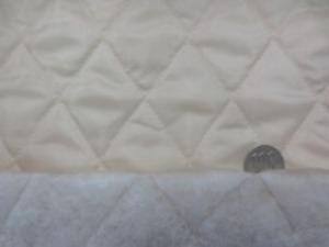 ポリエステルタフタのキルティング  ベージュ ポリエステルの綿を裏につけて キルティングしています。 綿の厚さ 普通