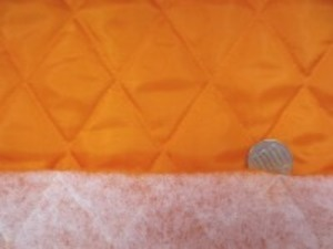 ポリエステルタフタのキルティング  オレンジ ポリエステルの綿を裏につけて キルティングしています。 綿の厚さ 普通