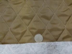 ポリエステルタフタのキルティング  ブラウン ポリエステルの綿を裏につけて キルティングしています。 綿の厚さ 普通