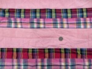 インド綿 平織りマドラスチェックの パッチワーク ピンク系 裏側ロックして、横ボーダーに 無地 ギンガム チェック2種類を つないでいます。 横段の幅 5cm