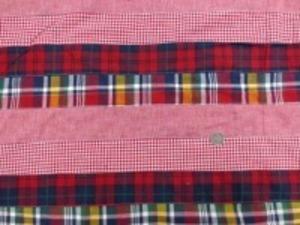 インド綿 平織りマドラスチェックの パッチワーク 赤系 裏側ロックして、横ボーダーに 無地 ギンガム チェック2種類を つないでいます。 横段の幅 5cm